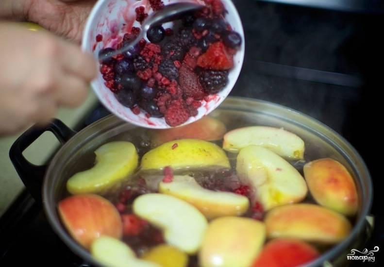 Добавляем ягоды и варим еще 5 минут.