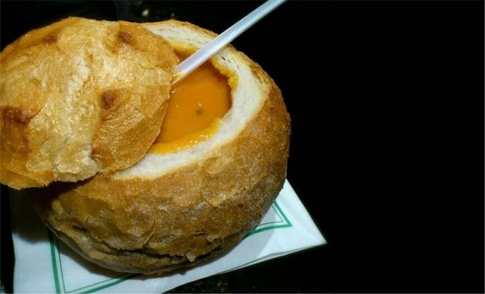 6. Теперь готовый суп можно переливать в хлебные мисочки и подавать к столу! Приятного аппетита!