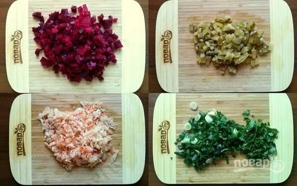 Свеклу и соленые огурцы нарежьте мелкими кубиками.  Квашеную капусту промойте в холодной воде, нарежьте мелко. Зеленый лук, петрушку и укроп измельчите.