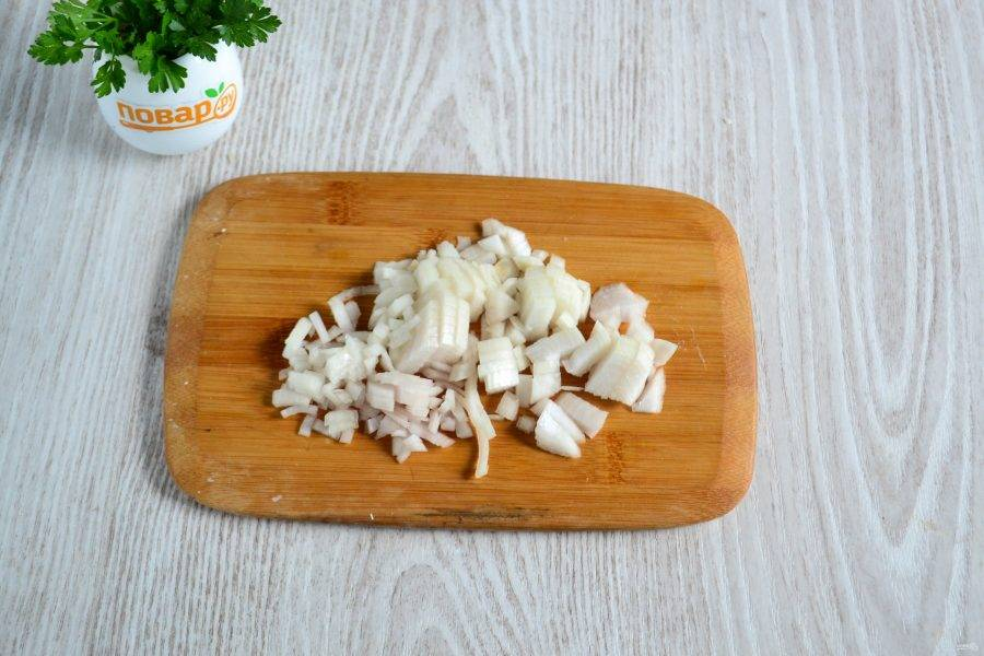 Лук мелко порежьте и выложите в сковороду с разогретым растительным маслом.