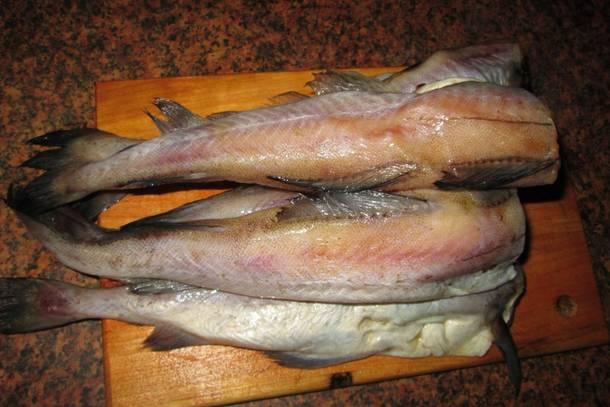 4. Тем временем вымыть, просушить и очистить рыбу.