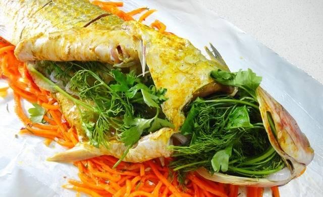 Набиваем пузо и голову рыбы луком и зеленью.