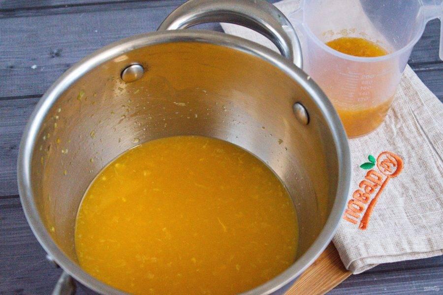Оставшийся желатин замочите в 50 г воды на 10 минут. В кастрюльке соедините сок мандарина, сахар, доведите до кипения, снимите с огня. Добавьте набухший желатин, перемешайте венчиком.