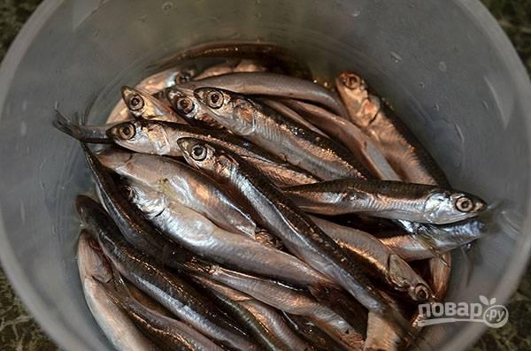 Рыбу почистите, посолите, замаринуйте в рисовом вине.
