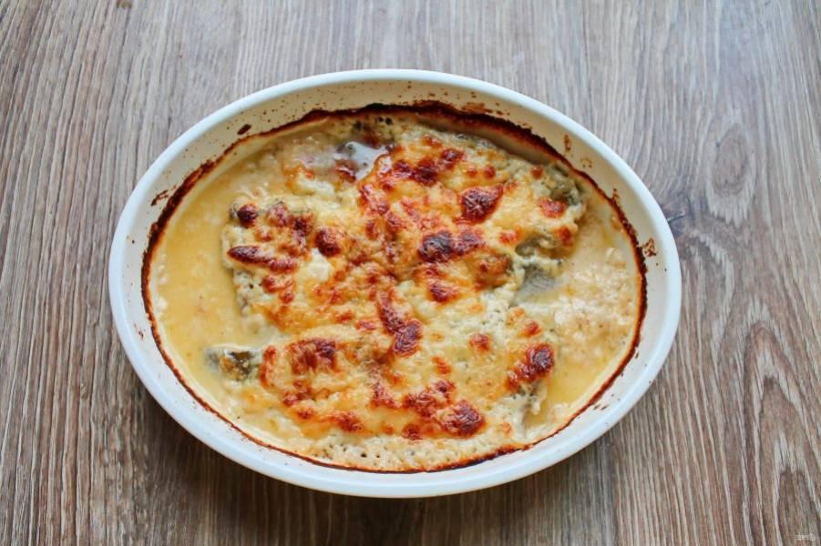 Поставьте блюдо в горячую духовку и запекайте в течение 30 минут при температуре 180 градусов. Спустя время сразу подавайте к столу.