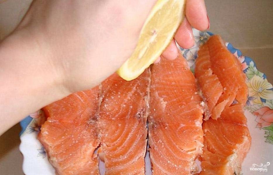 Нарезать рыбку на порционные куски, присолить, поперчить и слегка сбрызнуть лимонным соком.
