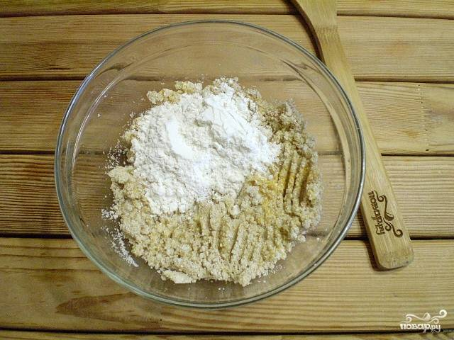 5. Также всыпьте необходимое количество пшеничной муки.
