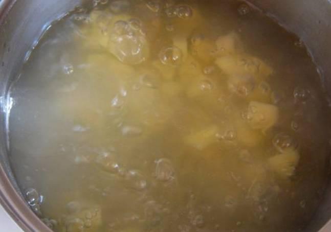 Вливаем в кастрюлю 2,5 литра воды, кипятим и варим порезанный картофель до готовности.