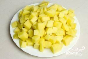 Очищенный картофель режем на крупные кубики.
