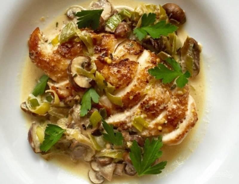5.Выложите куриное филе в тарелку, нарежьте его кусочками, добавьте овощи и соус, который образовался в процессе обжаривания, украсьте рубленой петрушкой.