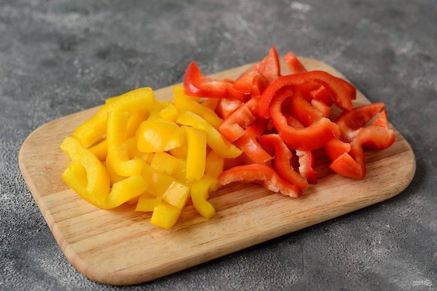 Болгарский перец помойте, очистите, удалите семена. Нарежьте полосками.