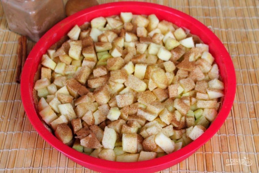 Выравниваем слой яблок, посыпаем корицей и сахаром. Сахара, примерно, 2 ст. ложки.  Запекаем при температуре 180-190 градусов, в течении 25 минут.