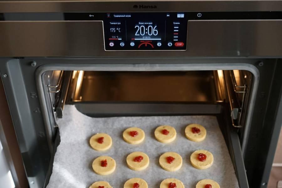 В разогретую до 180 градусов духовку отправляем печенье. Выпекать нужно примерно минут 15. Но следите за печенье после десяти минут выпекания. Как только появляется румяность — можно доставать.