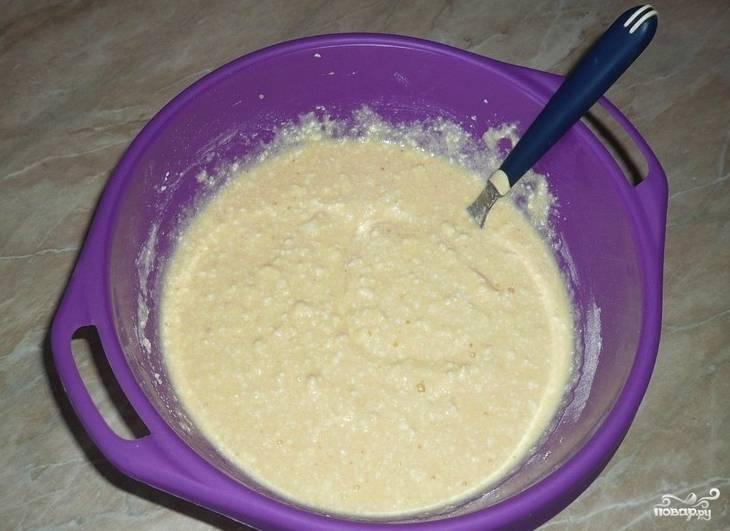 Теперь в тесто нужно высыпать все сухие ингредиенты, вылить кефир и очень хорошо перемешать массу. Тесто можно оставить минут на 10, чтобы манная крупа набухла.