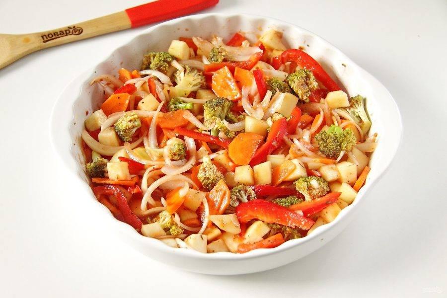 Даем овощам постоять буквально 15-20 минут и добавляем томатный сок. Хорошо все перешиваем, накрываем форму фольгой и запекаем овощи при 180 градусах 30 минут.