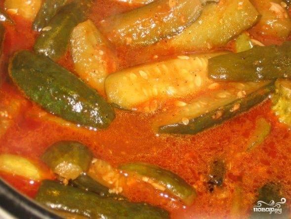 Через 45 минут тушения влейте в блюдо уксус. Выключите огонь и накройте массу крышкой. Оставьте на 15 минут.