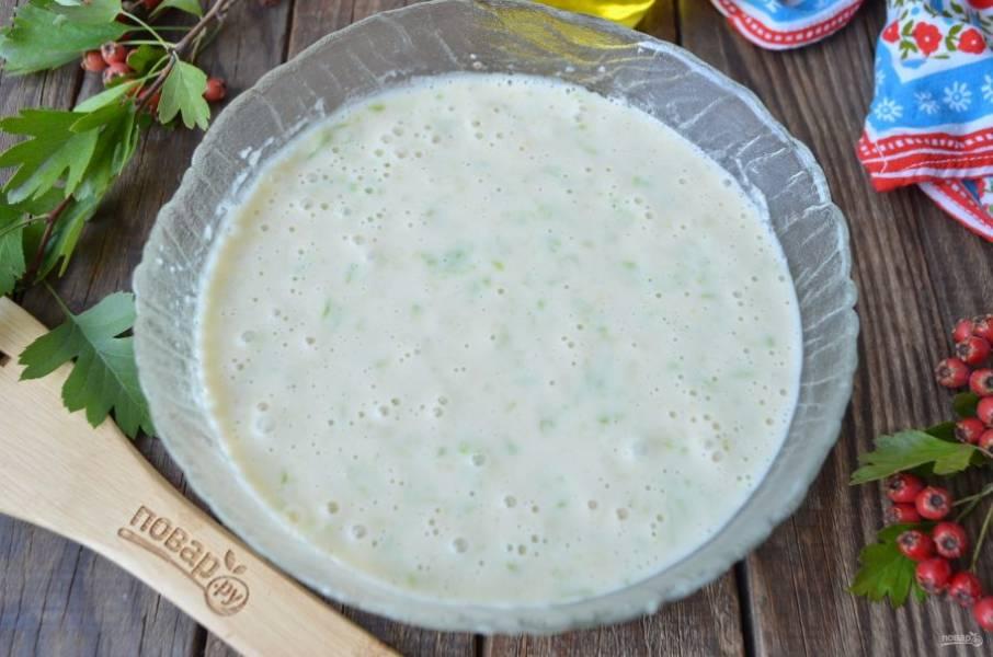 Готовое пышное тесто соедините с кабачковой массой и перемешайте. Тесто для пирога готово.