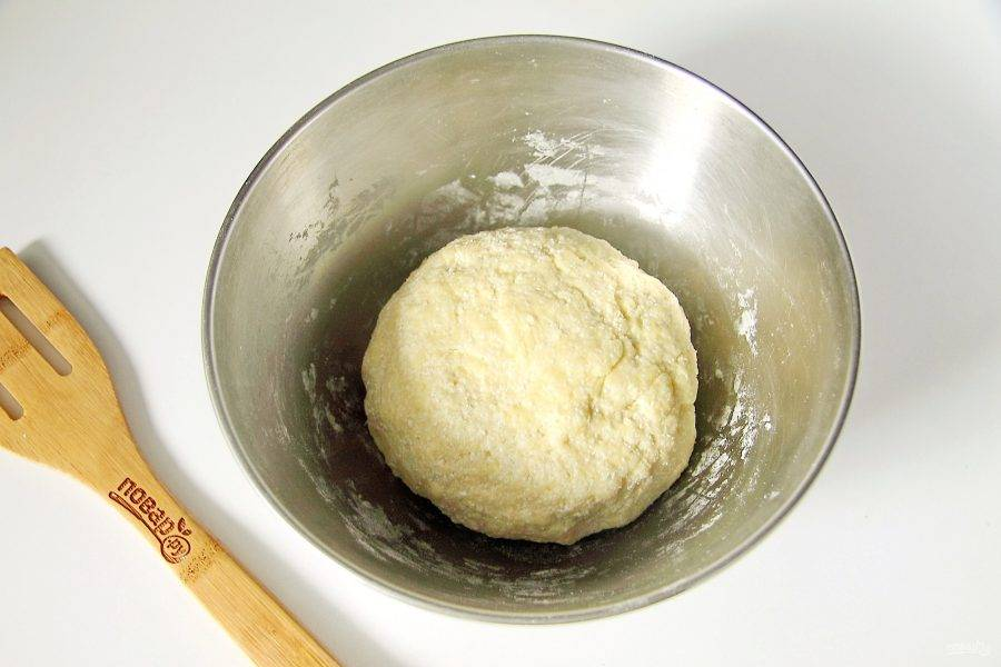 Замесите тесто, сформируйте шар, заверните его в пленку и уберите в холодильник на 30 минут.