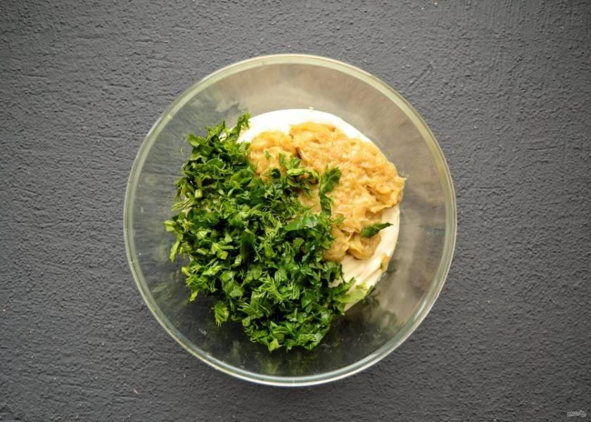 Добавьте в смесь из тофу жареный лук и мелко порубленную зелень, все перемешайте.