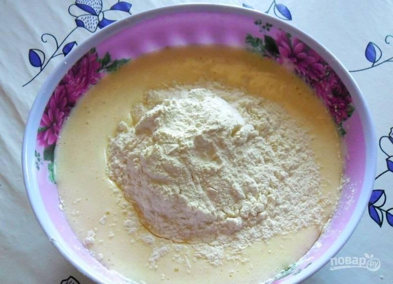 3.Муку заранее просеиваю и всыпаю в миску к жидким ингредиентам.