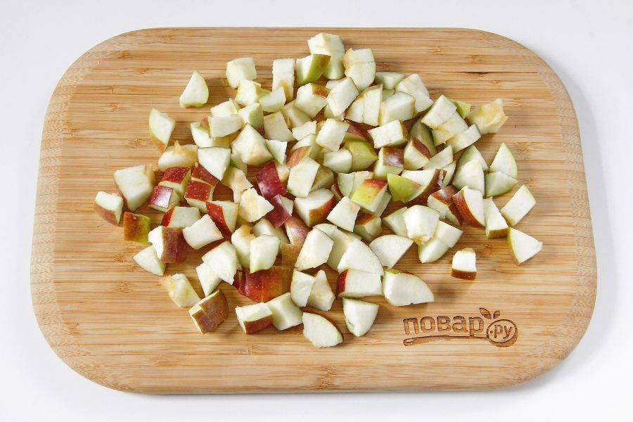 Яблоки разрежьте пополам, удалите сердцевину и нарежьте небольшими кубиками.