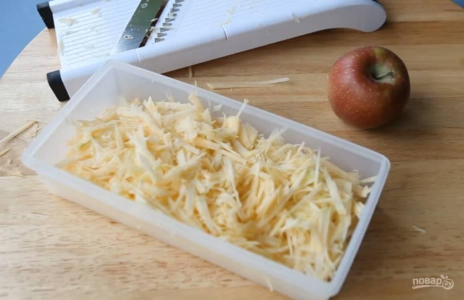 2. Натрите ее на овощной терке с насадкой для тонкой соломки.