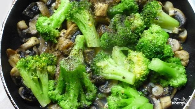 Делим размороженные брокколи на равные соцветия. Бросаем их в общую сковороду. Добавляем специи и соль по вкусу. Обжариваем 20 минут.