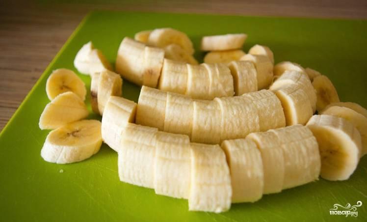 Банан очищаем и режем на ломтики. Отправляем его в блендер, насыпаем немного кокосовой стружки.