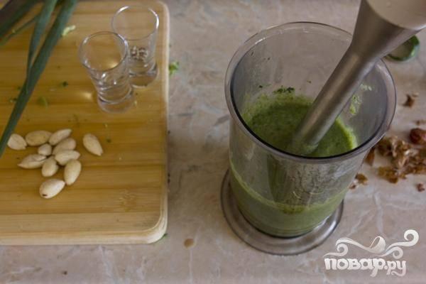 4.В чашу блендера помещаем сваренные соцветия брокколи, и постепенно добавляя бульон, доводим до нужной нам консистенции по вкусу.