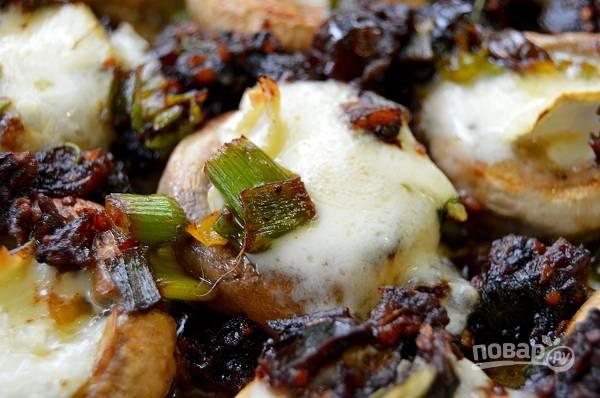 """7. Отправьте в духовку и всего минут через 15 грибы, фаршированные финиками и сыром """"Бри"""", будут готовы к подаче. Приятного аппетита!"""
