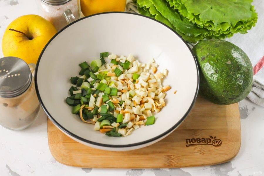 Копченый сыр сулугуни и промытые стебли зеленого лука нарежьте мелкими кусочками и выложите нарезку в глубокую емкость.