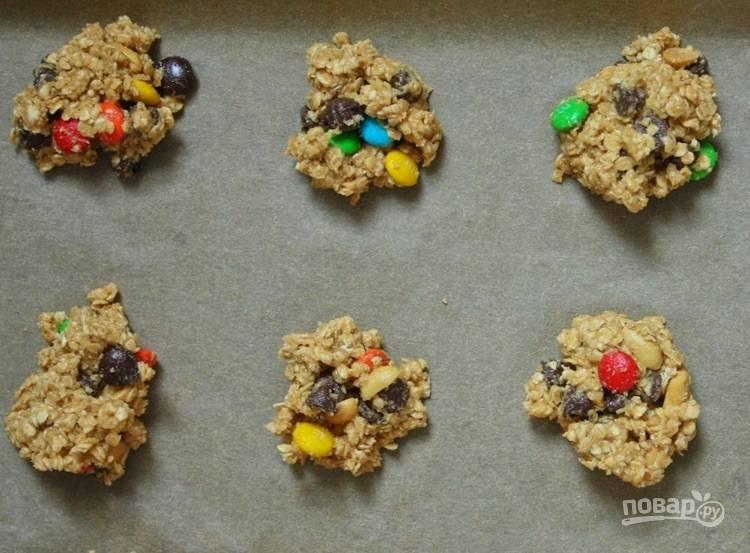 7.Застелите противень пергаментом и выложите печенье на небольшом расстоянии друг от друга.
