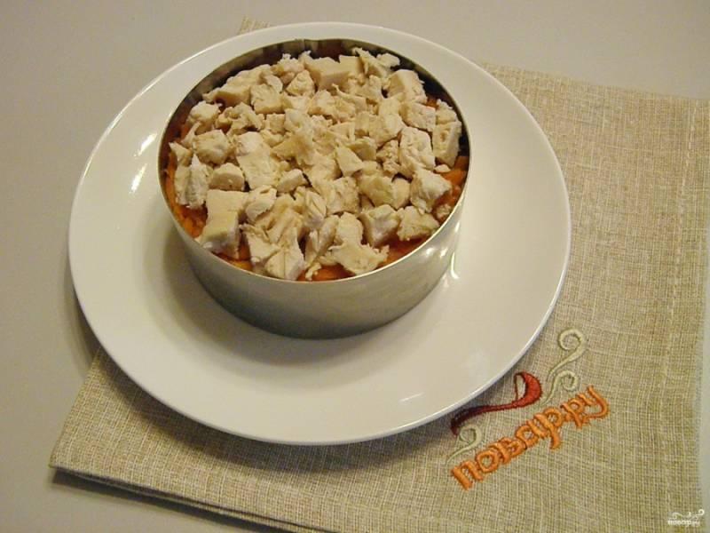 Возьмите порционные тарелочки. Поставьте сервировочные кольца. Соберите салат слоями чередуя каждый с майонезом. Сначала картофель, потом огурец, морковь, курица.