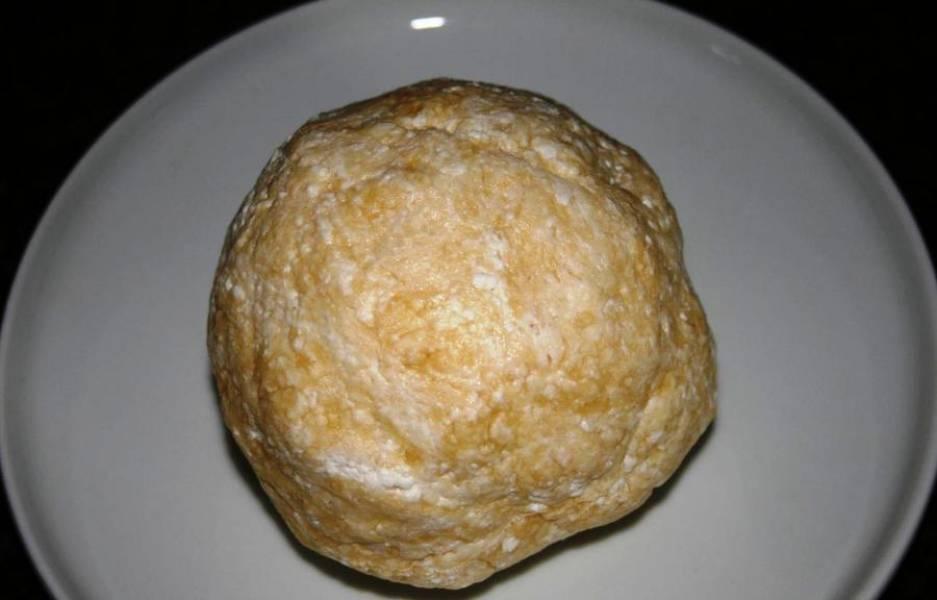 Замесите тесто, скатайте его в шар и отправьте в холодильник.