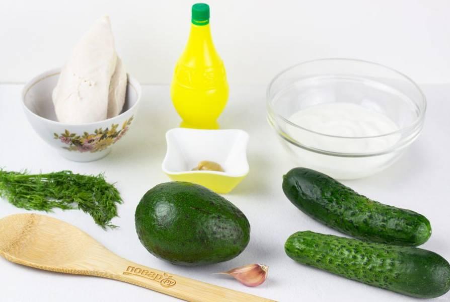 Подготовьте все необходимые ингредиенты. Грудку заранее отварите в подсоленной воде и остудите.