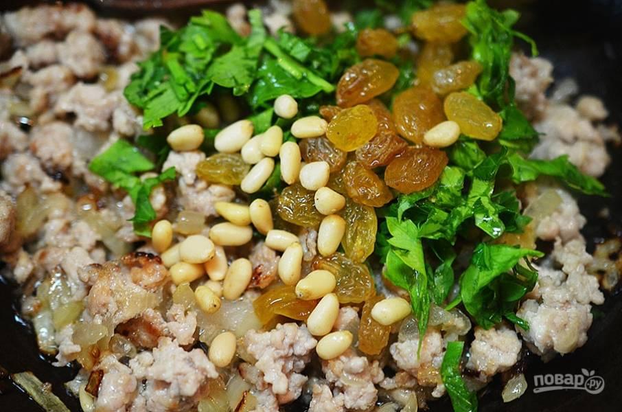5. Посолите, поперчите, добавьте изюм, нарезанную петрушку и кедровые орехи. Перемешайте и остудите.
