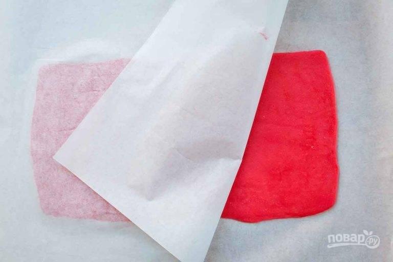 4.Выложите цветной шар на пергамент и накройте его вторым куском пергамента, раскатайте его в прямоугольник. Проделайте те же действия с белым шариком.