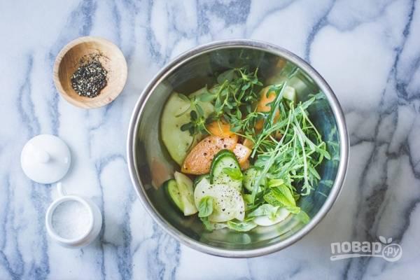 2. В глубокой мисочке соедините с зеленью. Добавьте по вкусу соль и перец, сбрызните уксусом и маслом. Перемешайте аккуратно.
