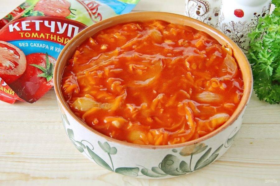 Полейте тилапию соусом, накройте крышкой или фольгой и запекайте при 180 градусах около 30 минут.
