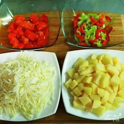 Подготавливаем остальные овощи. Капусту тонко шинкуем, картофель нарезаем небольшими кубиками, помидоры и перцы - еще более мелкими кубиками.