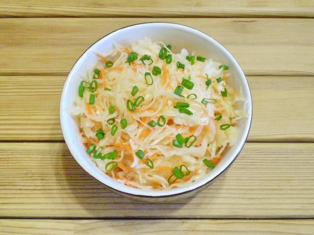 6. Готовность капусты проверяйте на вкус. Квашеную капусту обычно подают с луком и масло растительным. Приятного!