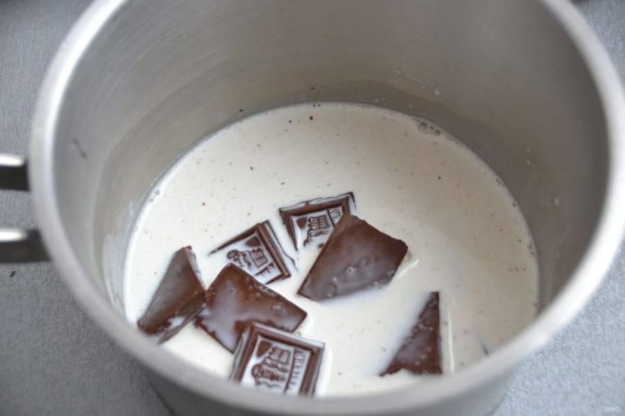 Начните с приготовления крема. Для этого влейте в сотейник сливки, прогрейте, выложите шоколад, который следуют поломать на дольки, размешайте до однородности.