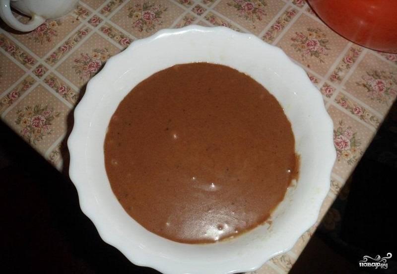 3.Миску, в которой будем выпекать кекс, смазываем маслом, чтобы он легко отделялся. Переливаем тесто.
