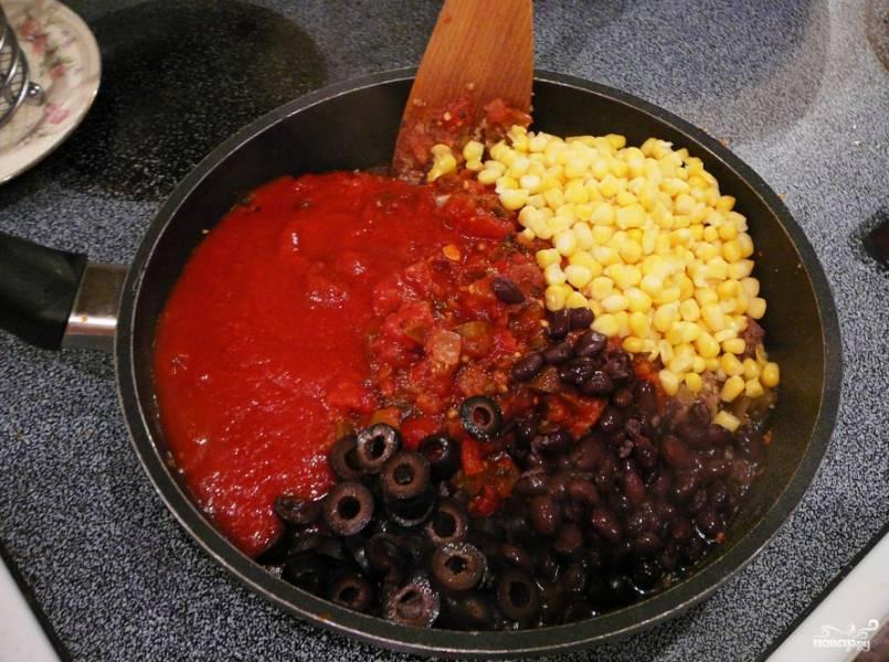Потом добавьте томатный соус, сальсу, оливки (черные, маслины которые), порезанные кольцами, кукурузу и бобы.