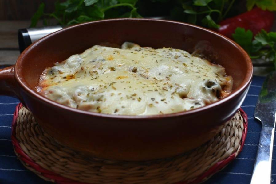 Запекайте свинину в разогретой до 200 градусов духовке 5 минут, до расплавления сыра и прогревания мяса.
