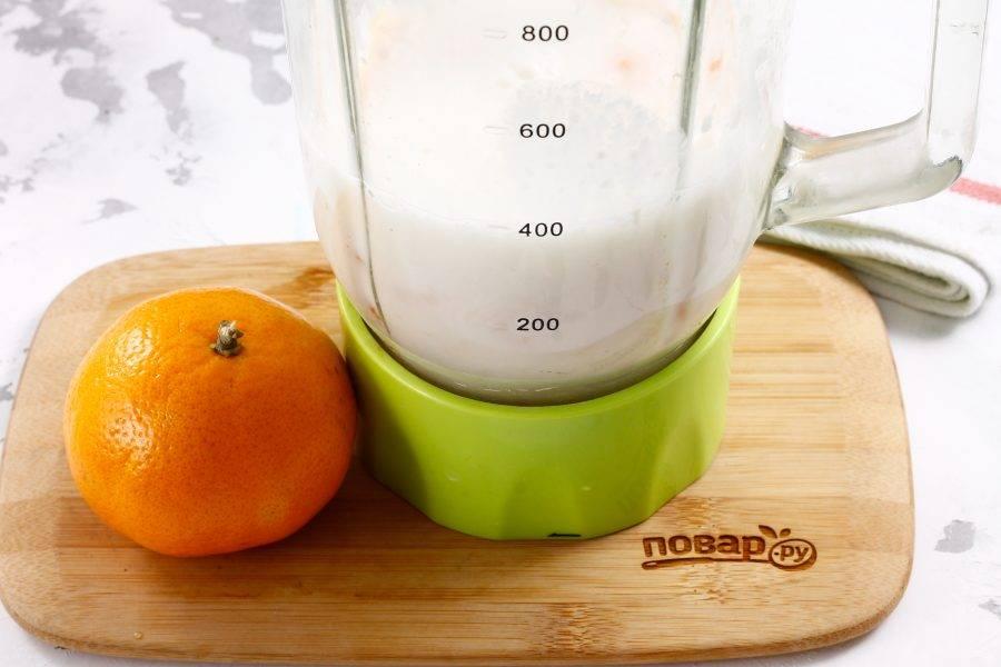 Влейте молоко любой жирности и куриный белок.