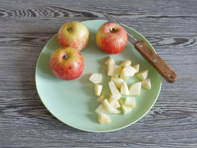Два яблока очистите от кожуры и нарежьте небольшими кубиками.