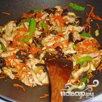 Разогреть масло в большой сковороде. Поджарить лук и чеснок до появления аромата. Добавить грибы, морковь, курицу и чихаро. Приправить солью и перцем. Обжаривать до готовности в течении нескольких минут.