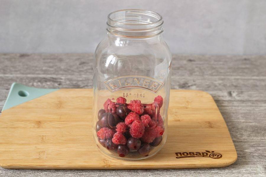 Выложите ягоды в чистую стерилизованную банку.