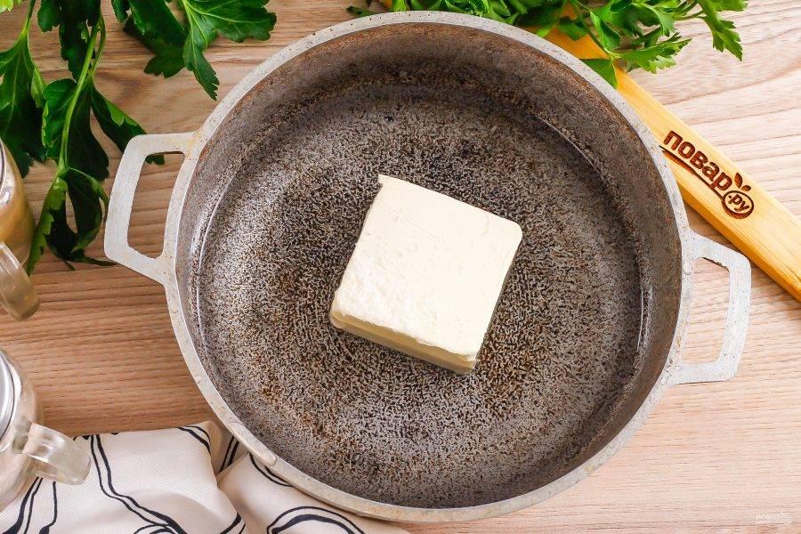 Выложите сливочное масло в казан или в ковш с антипригарным дном и влейте туда же горячую воду, всыпьте соль. Поместите емкость на плиту, и растопите масло. Можно заменить масло маргарином, но не спредом!